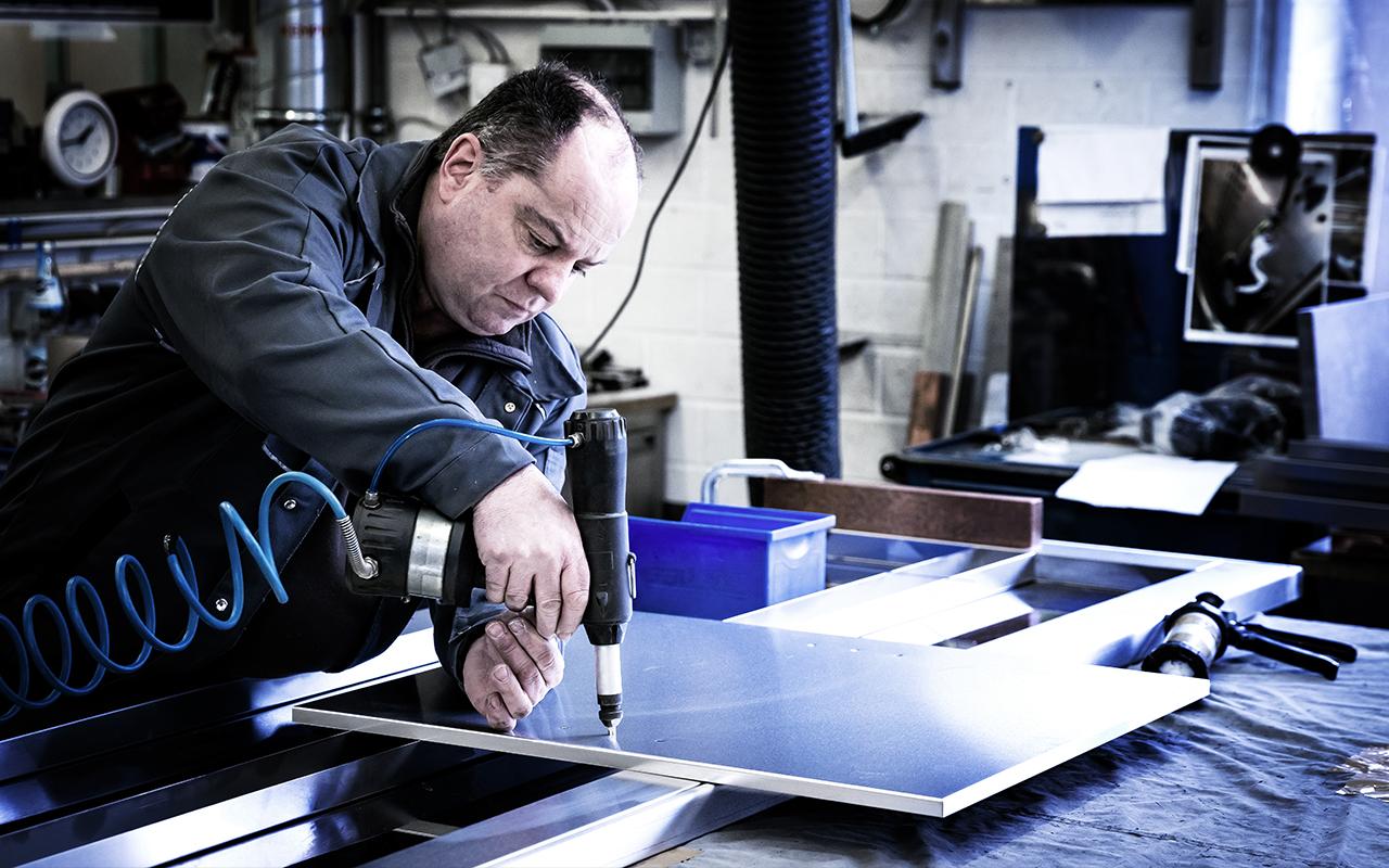 Weisser Großküchentechnik Fertigung mit Bohrmaschine