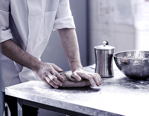 Weisser Großküchentechnik Nahaufnahme Arbeitsplatte Bäckerei