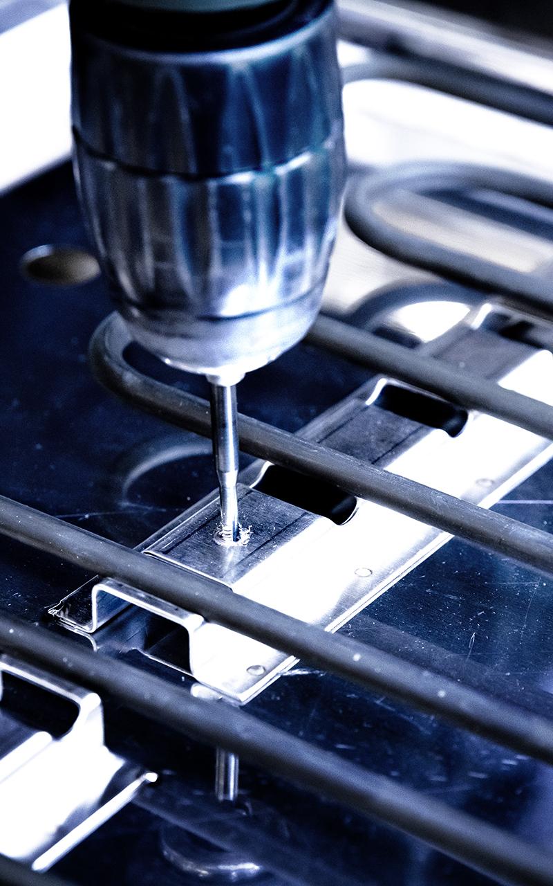 Weisser Großküchentechnik Fertigung bohren