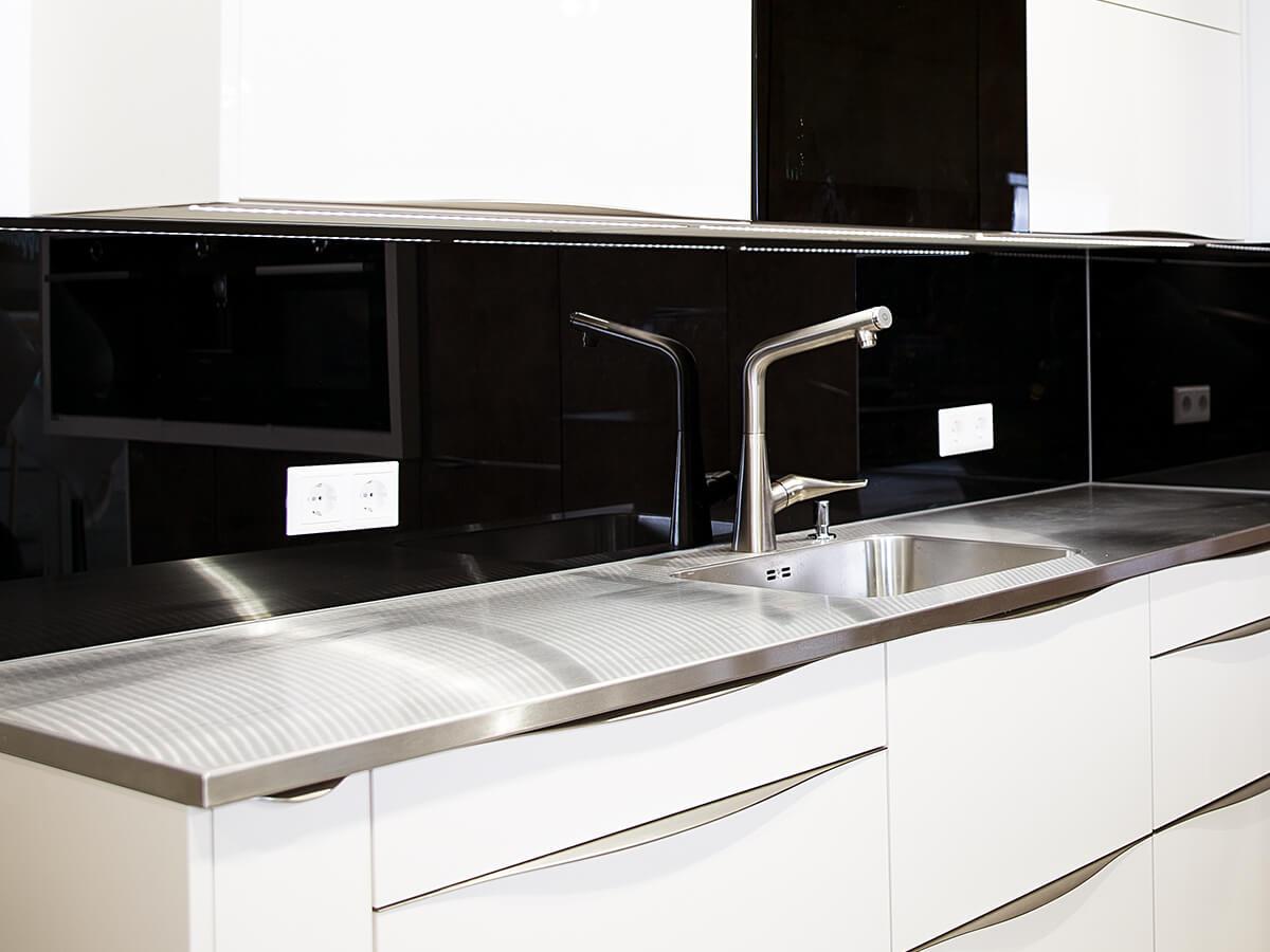 Weisser Küchenstudio Showroom Küchenzeile