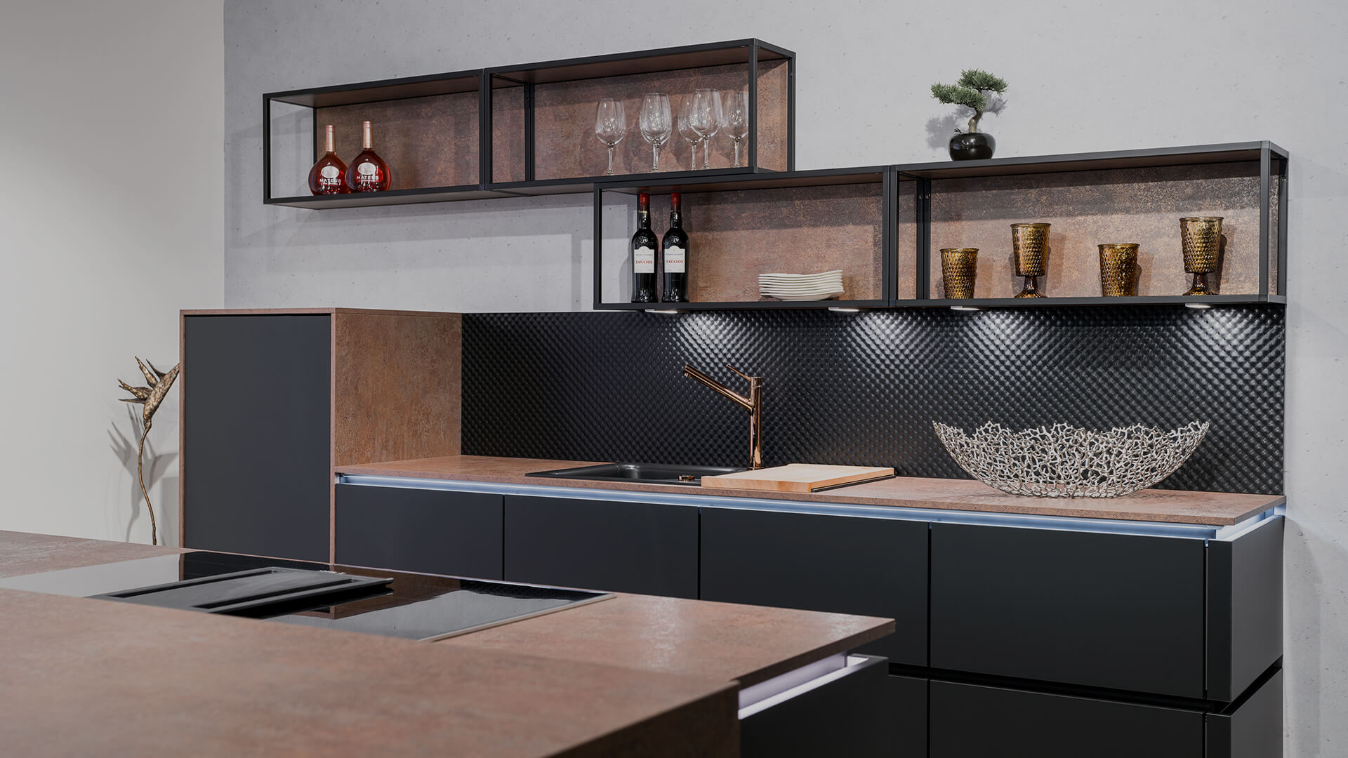 Weisser Küchenstudio Showroom Küchenzeile mit Steinplattem