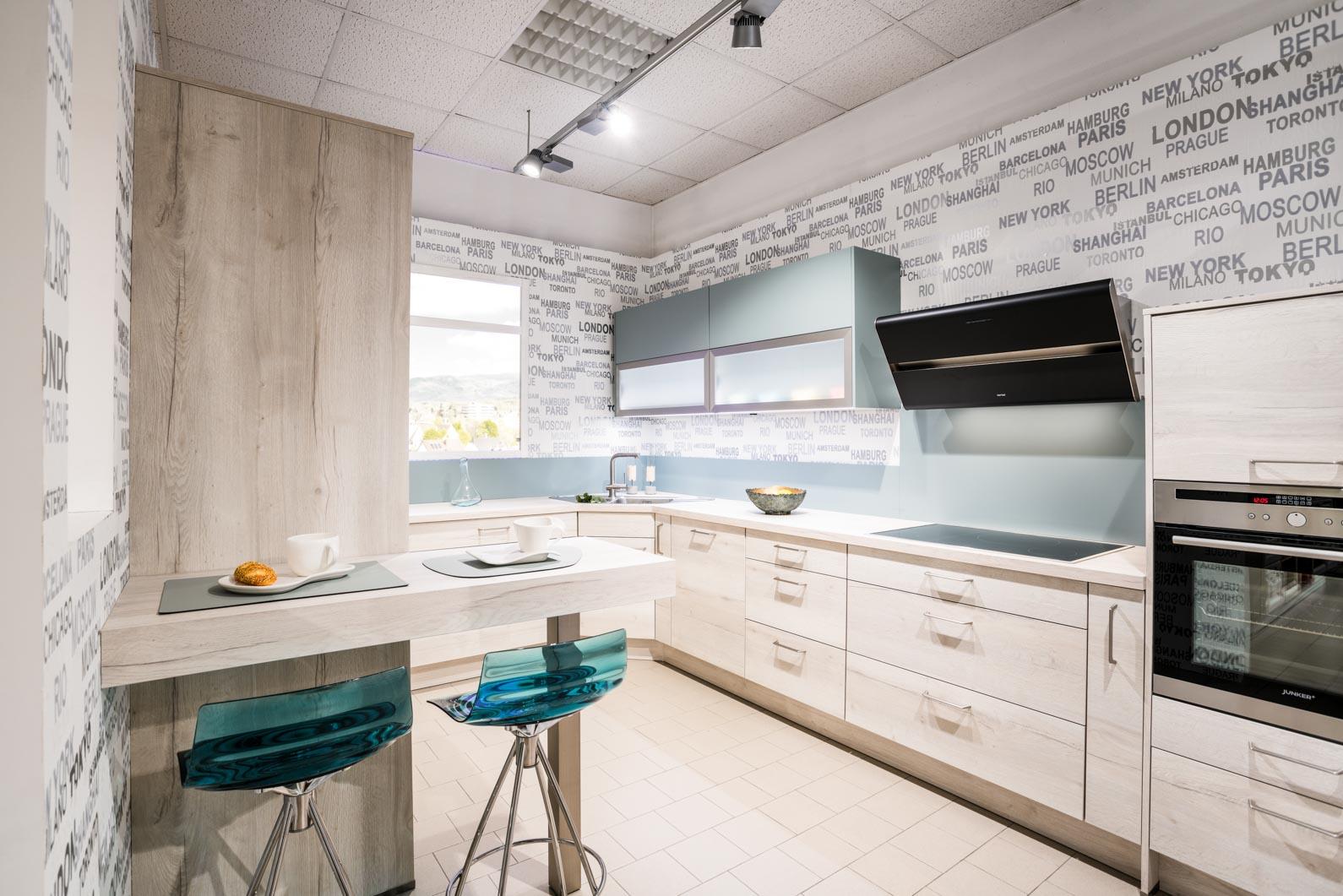 Weisser Küchenstudio Showroom Eckküche mit hellen Fronten