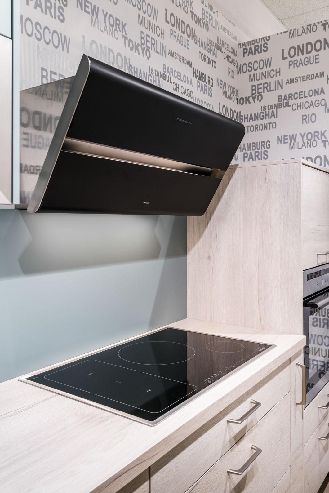 Weisser Küchenstudio Showroom Herd mit Dunstabzugshaube