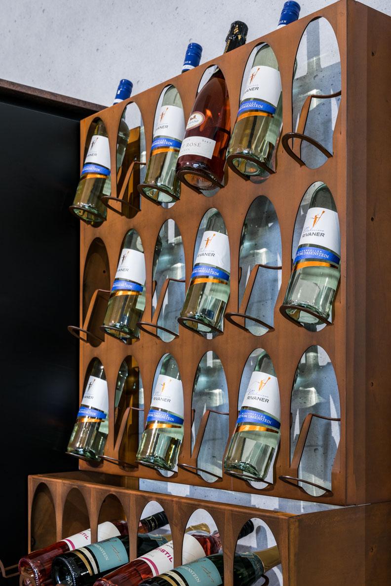 Weisser Küchenstudio Showroom Weinregal