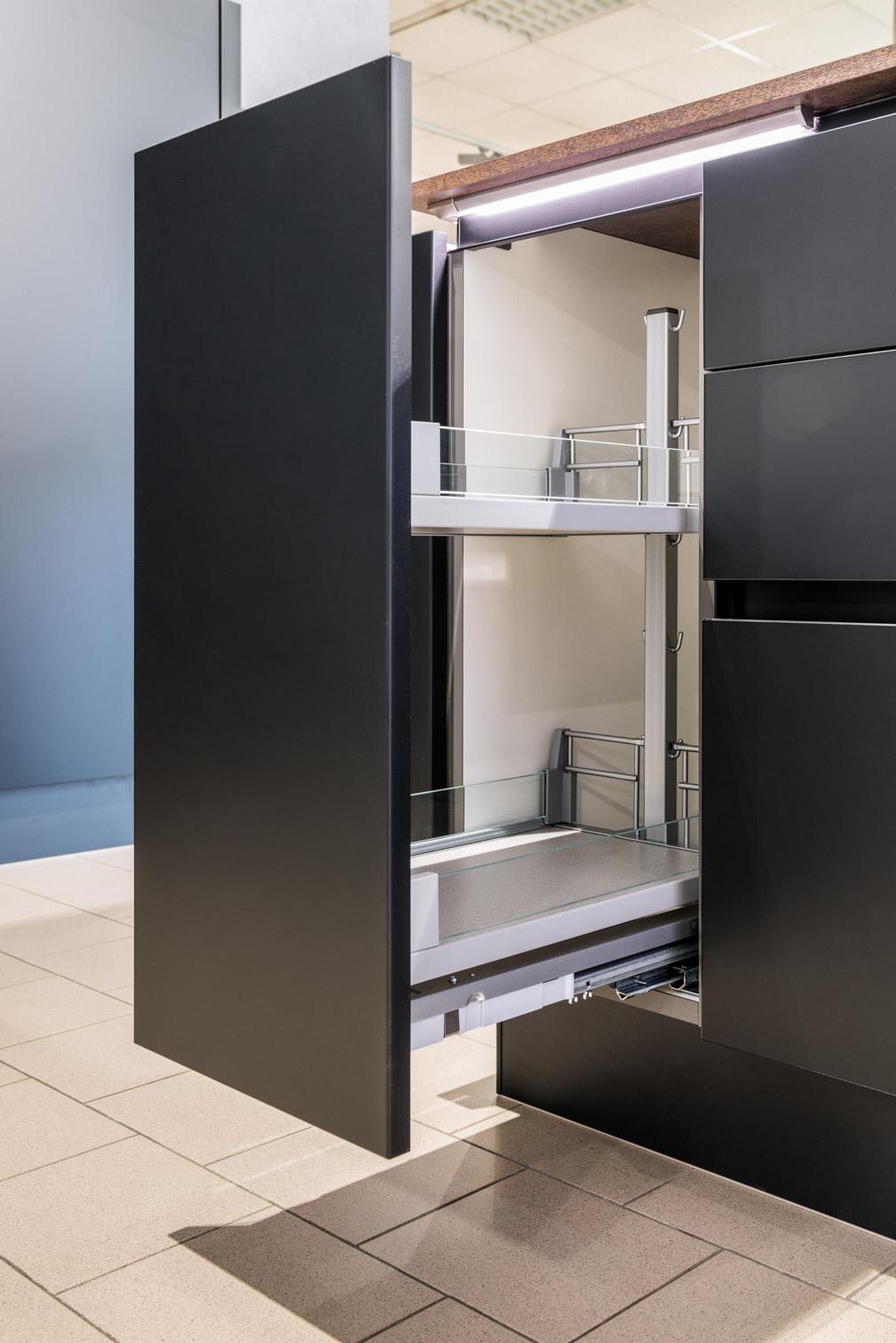 Weisser Küchenstudio Showroom Apothekerschrank