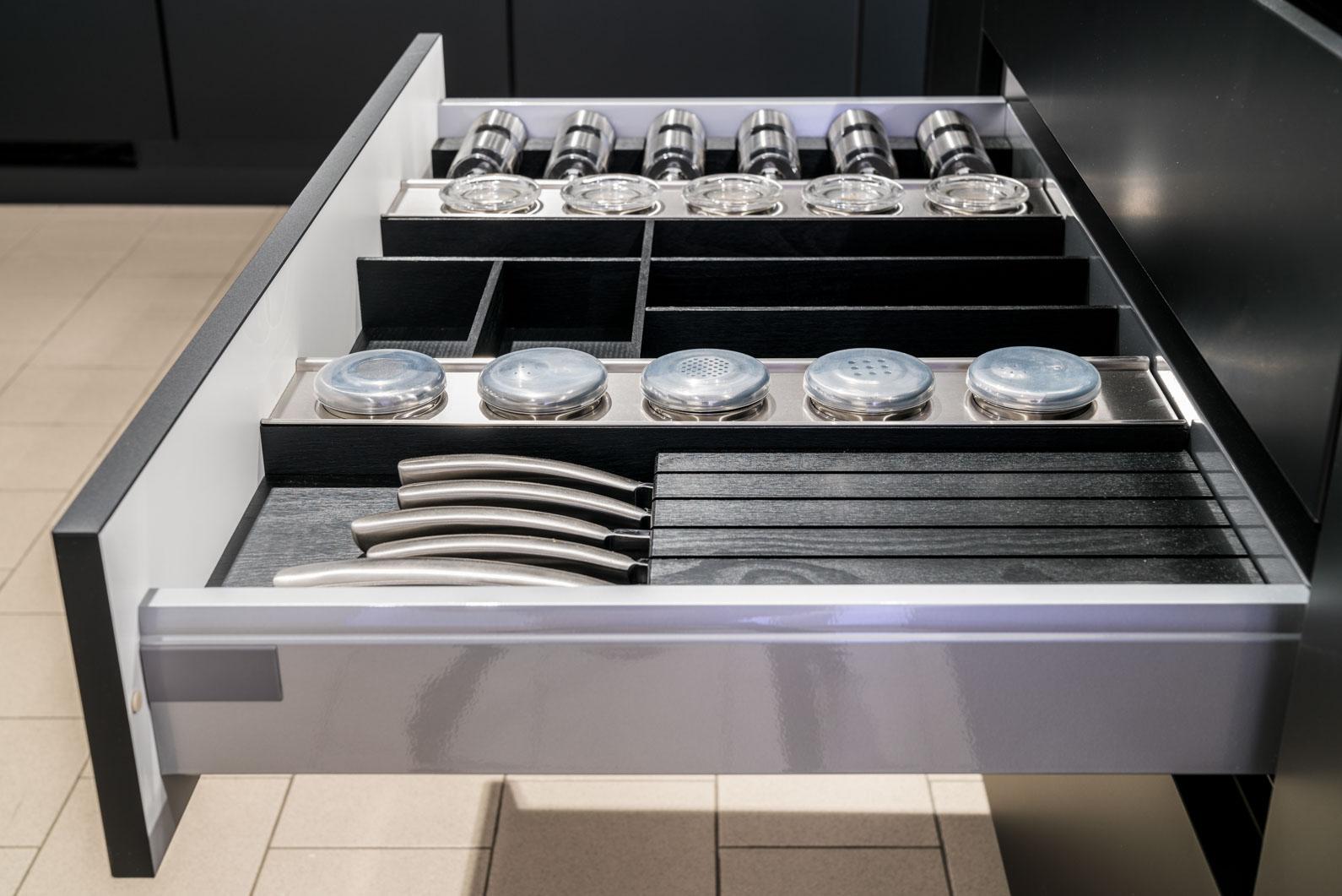 Weisser Küchenstudio Showroom Ordnungssystem in einer Schublade