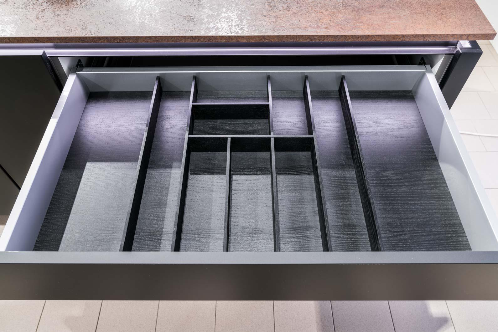 Weisser Küchenstudio Showroom Schublade