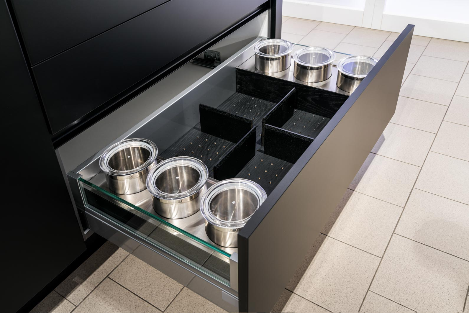 Weisser Küchenstudio Showroom Stauraumgestaltung in einer Schublade