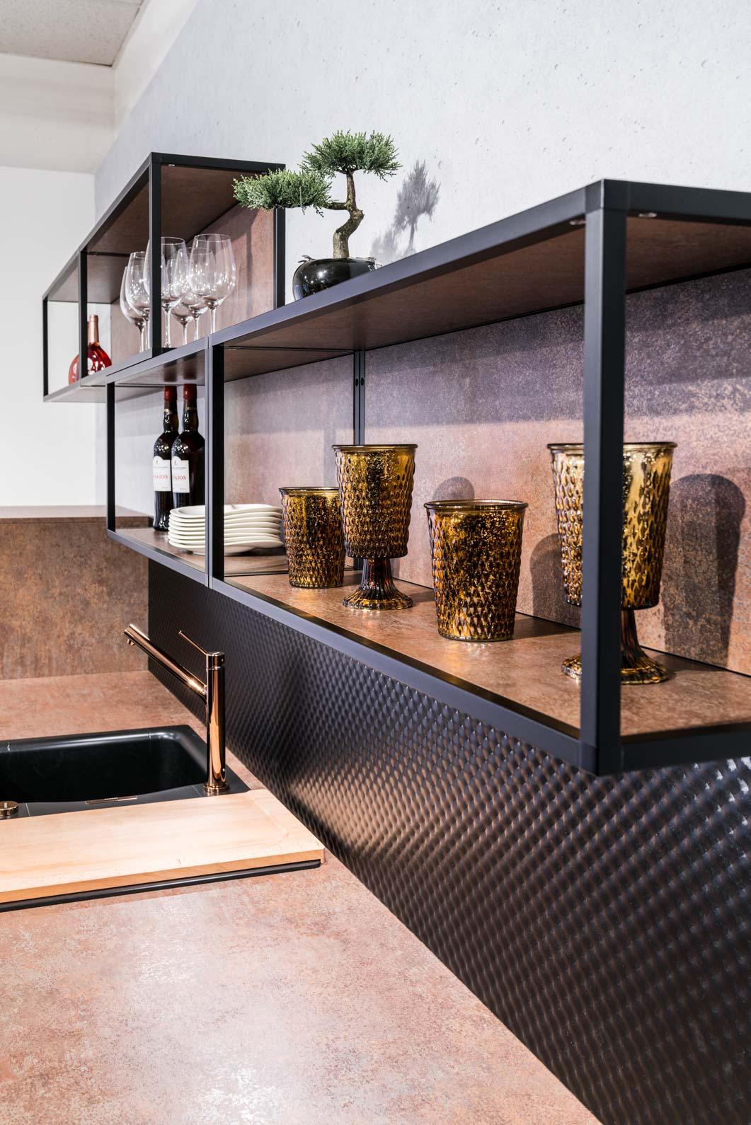 Weisser Küchenstudio Showroom Detailaufnahme von Regalen