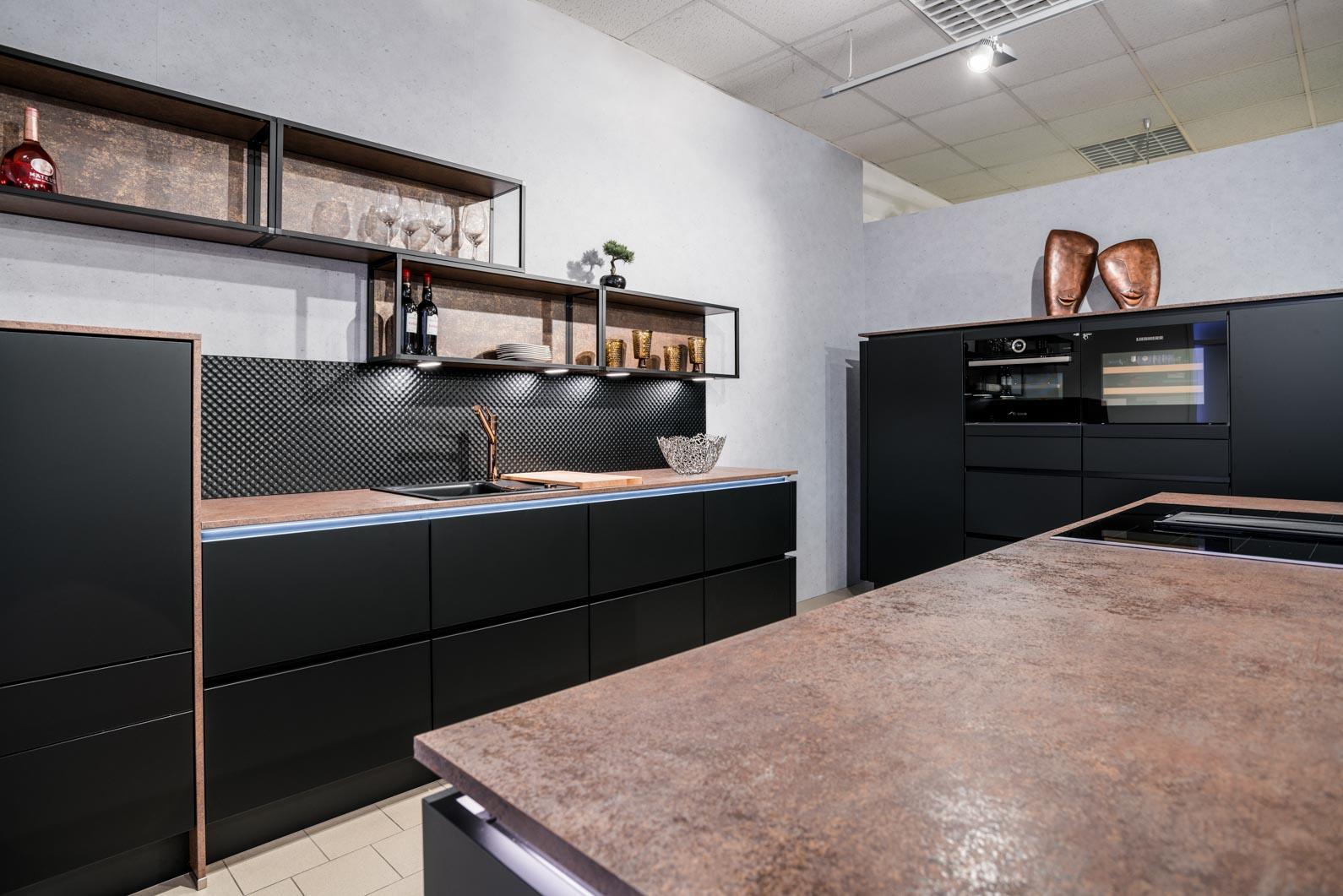 Weisser Küchenstudio Showroom Küche mit schwarzen Fronten