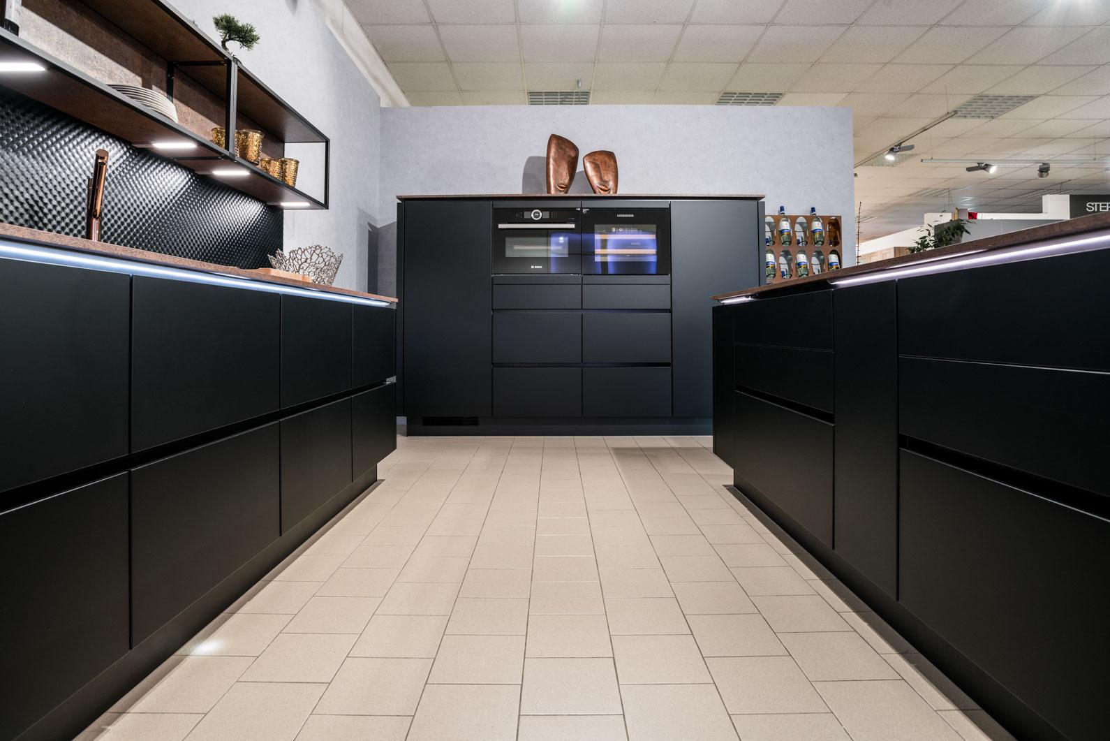 Weisser Küchenstudio Showroom große Küche mit schwarzen Fronten