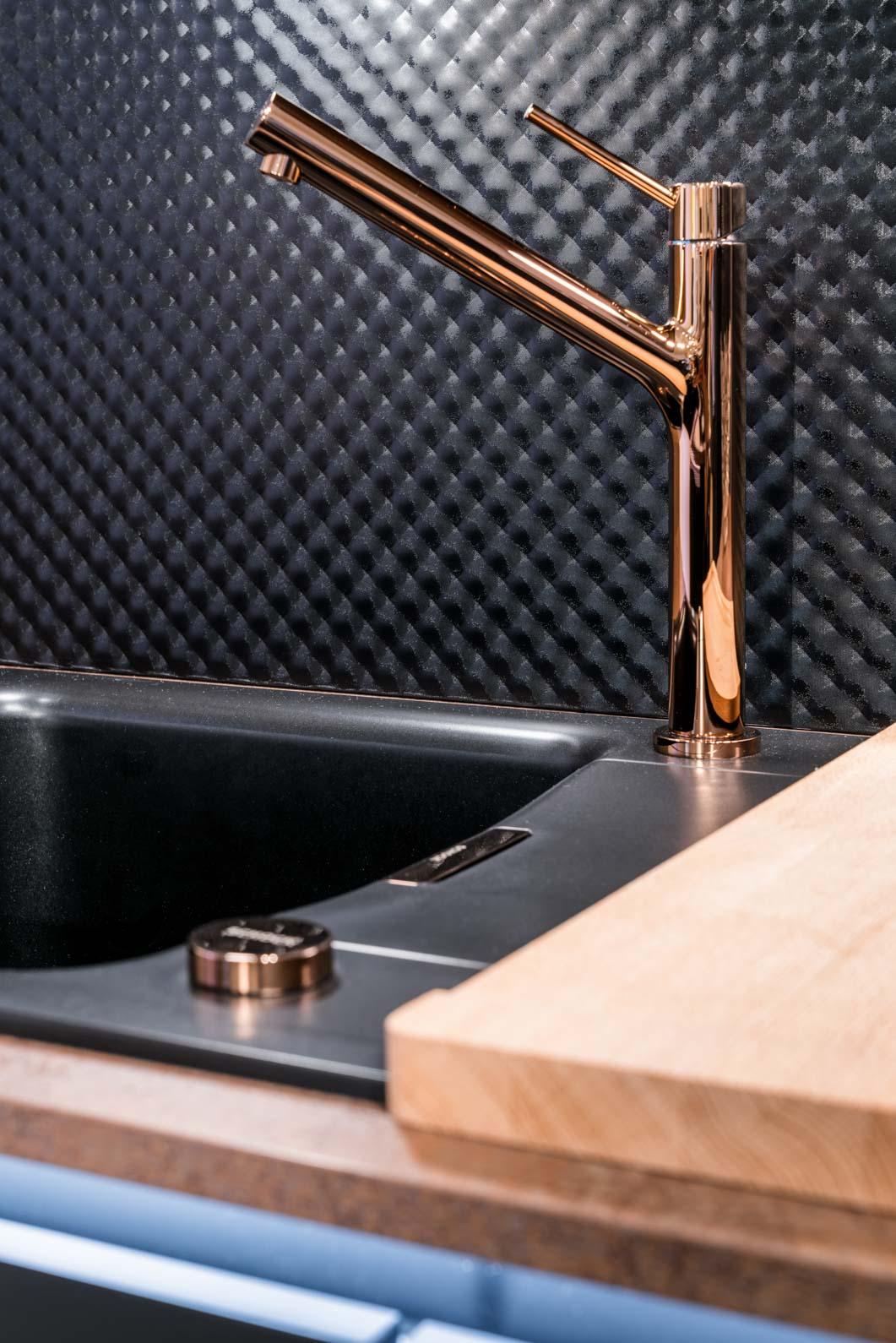 Weisser Küchenstudio Showroom Detailaufnahme Armatur