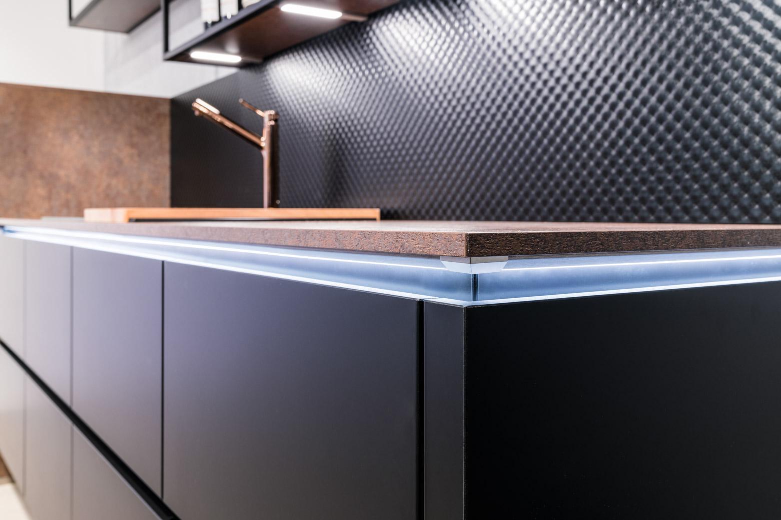 Weisser Küchenstudio Showroom Detailaufnahme Küchenzeile