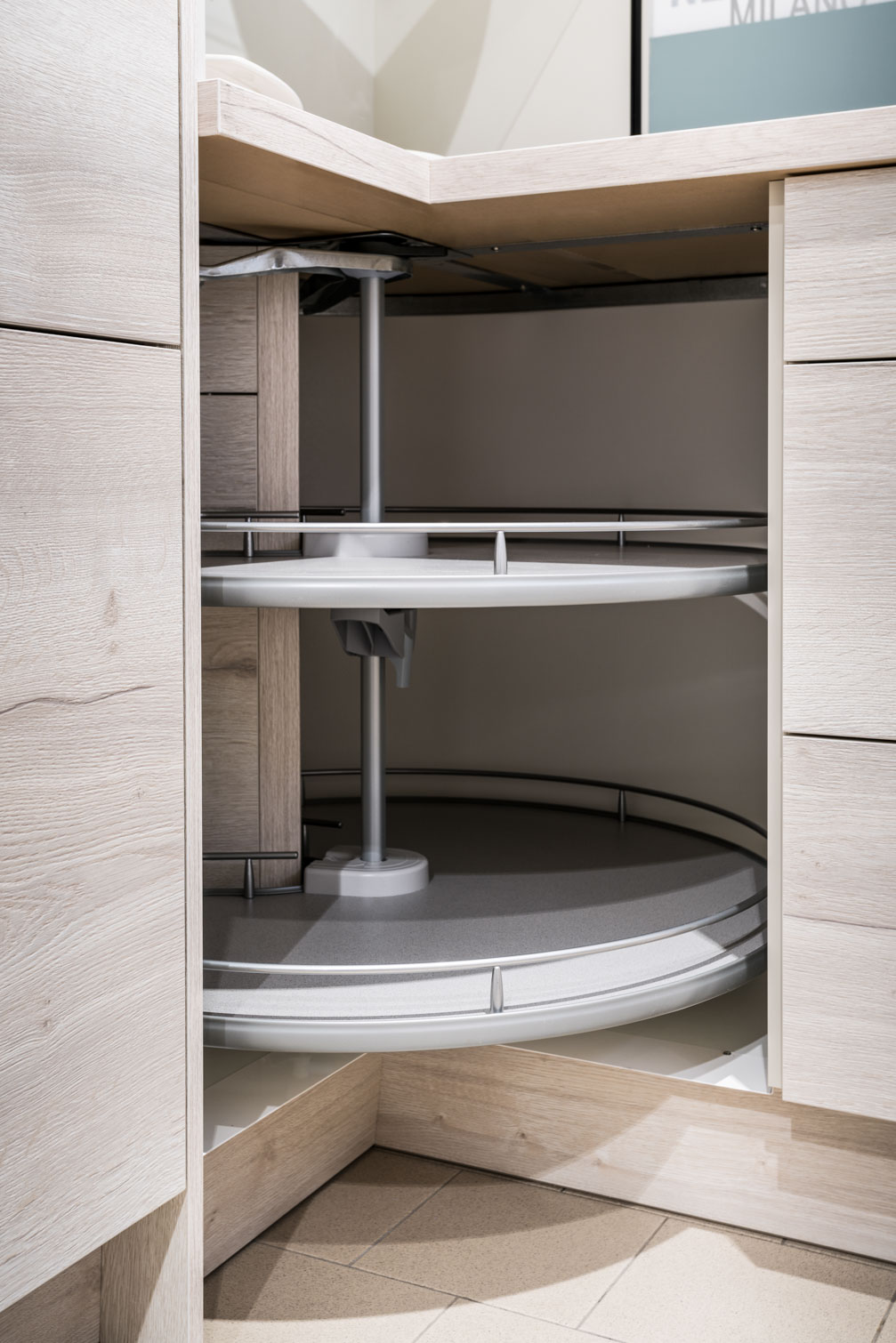 Weisser Küchenstudio Showroom Drehschrank