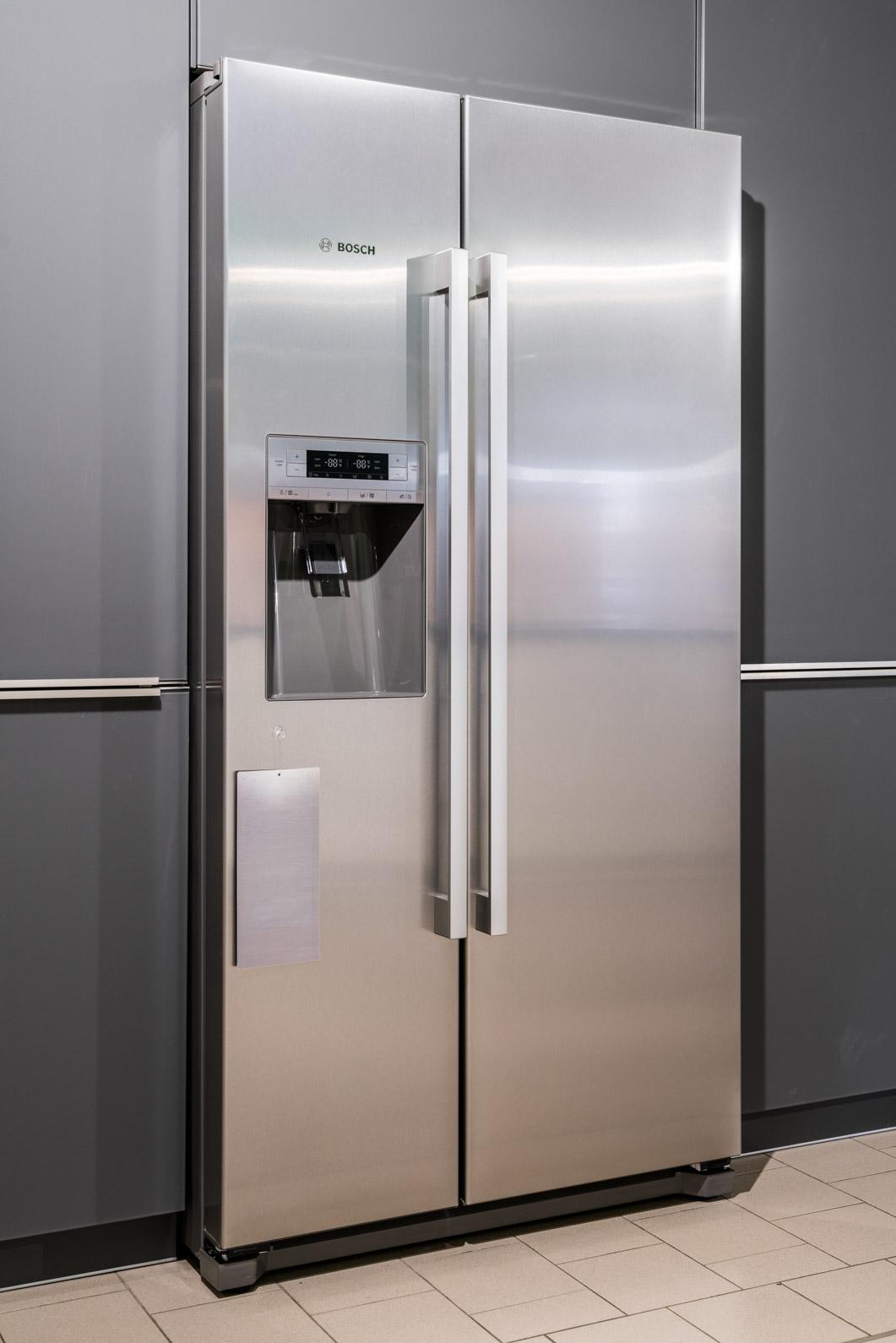 Weisser Küchenstudio Showroom Side-by-Side Kühlschrank geschlossen