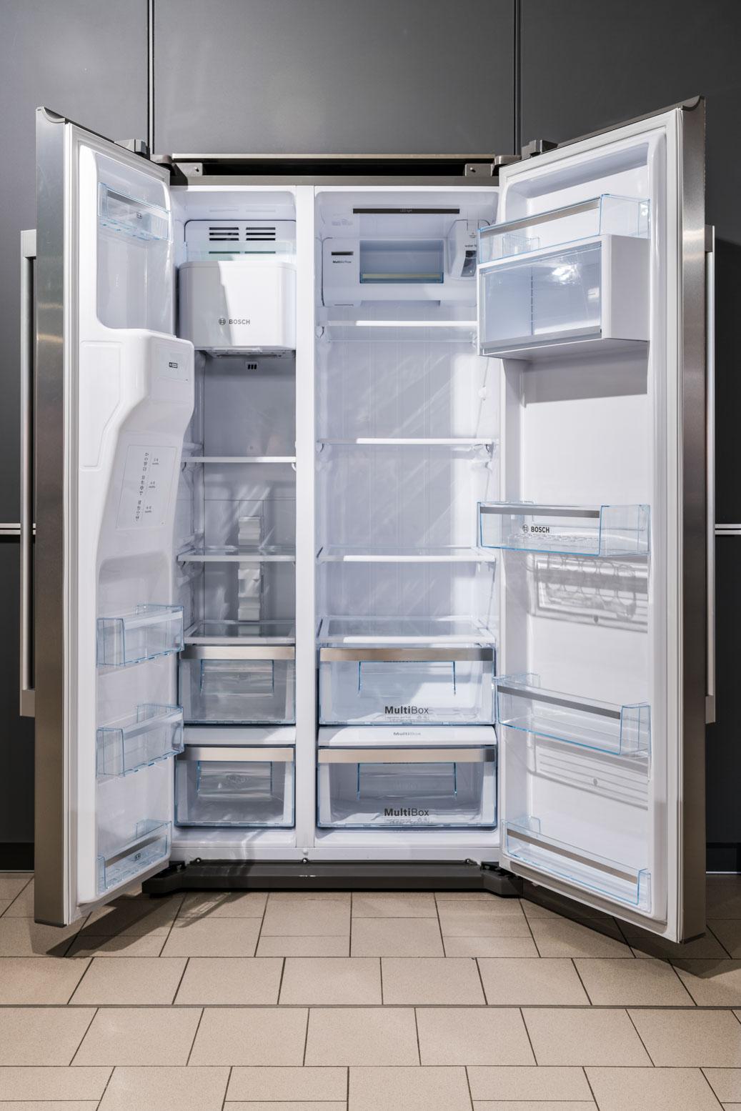 Weisser Küchenstudio Showroom Side-by-Side Kühlschrank geöffnet