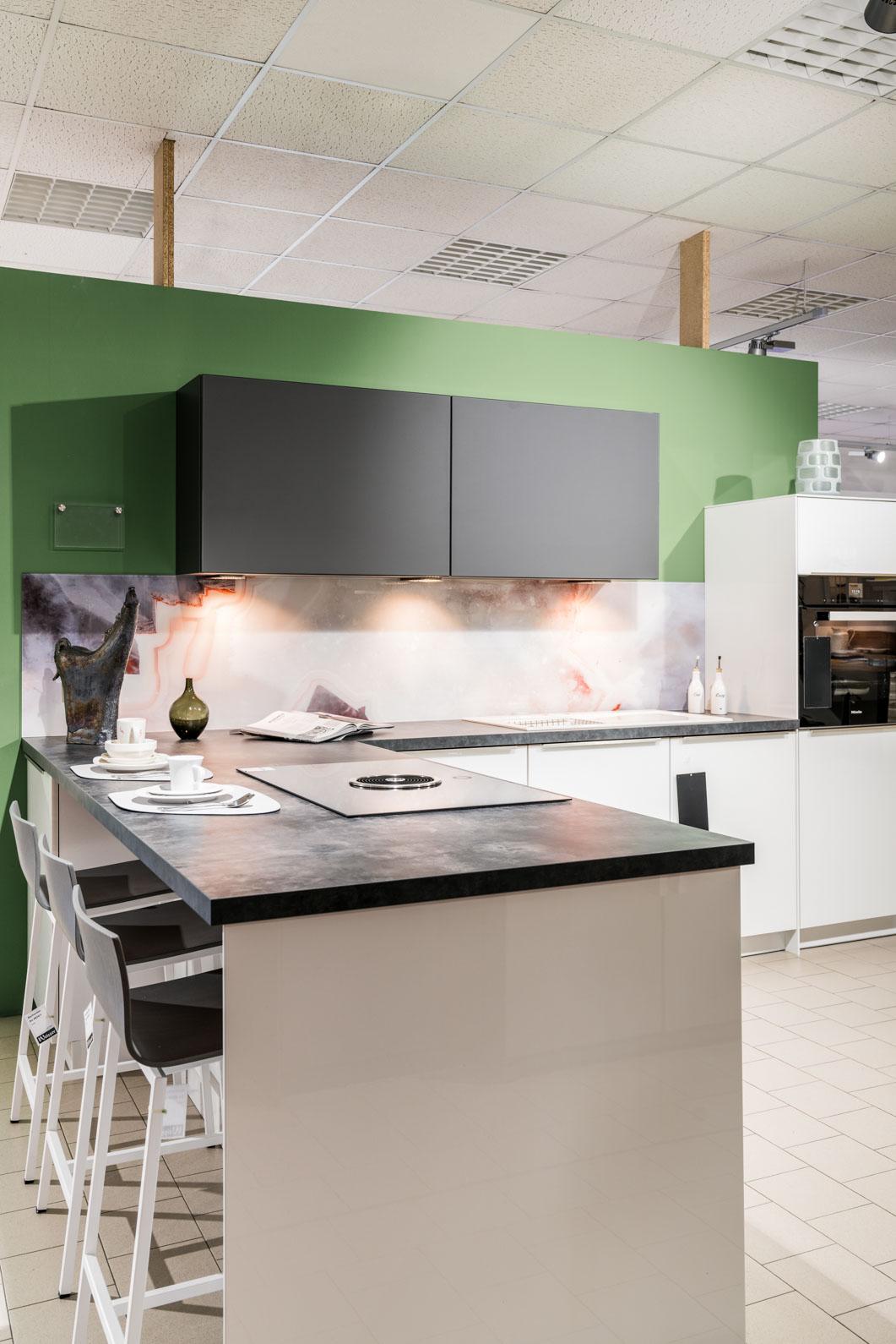 Weisser Küchenstudio Showroom Küche mit Barhockern