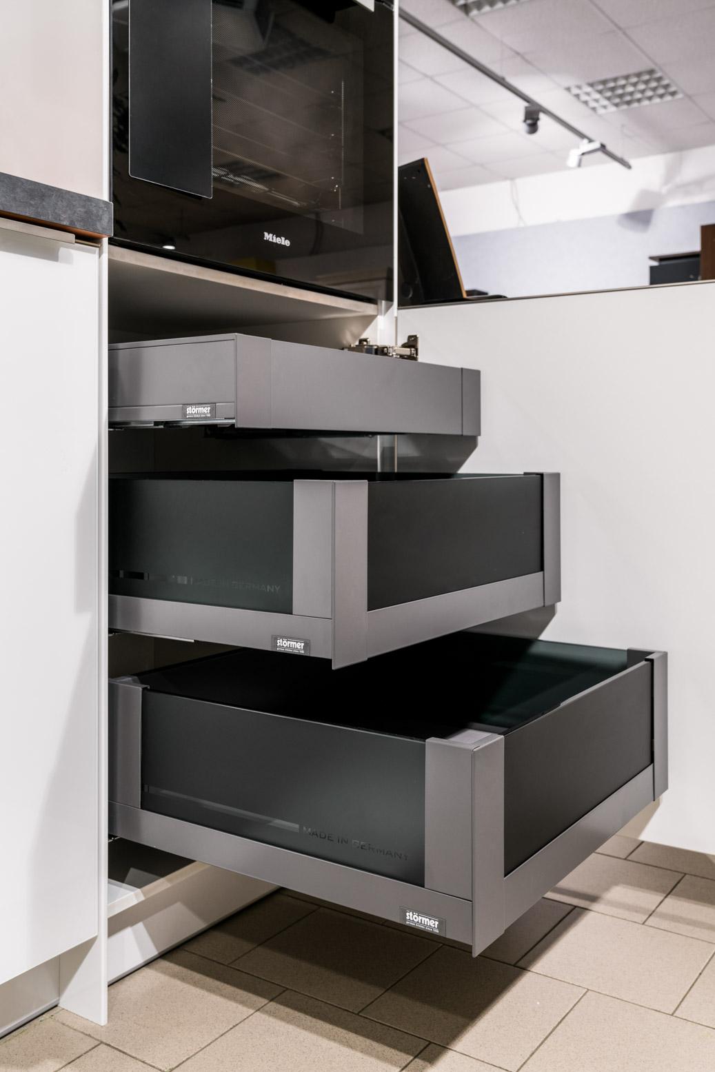 Weisser Küchenstudio Showroom Staumöglichkeiten