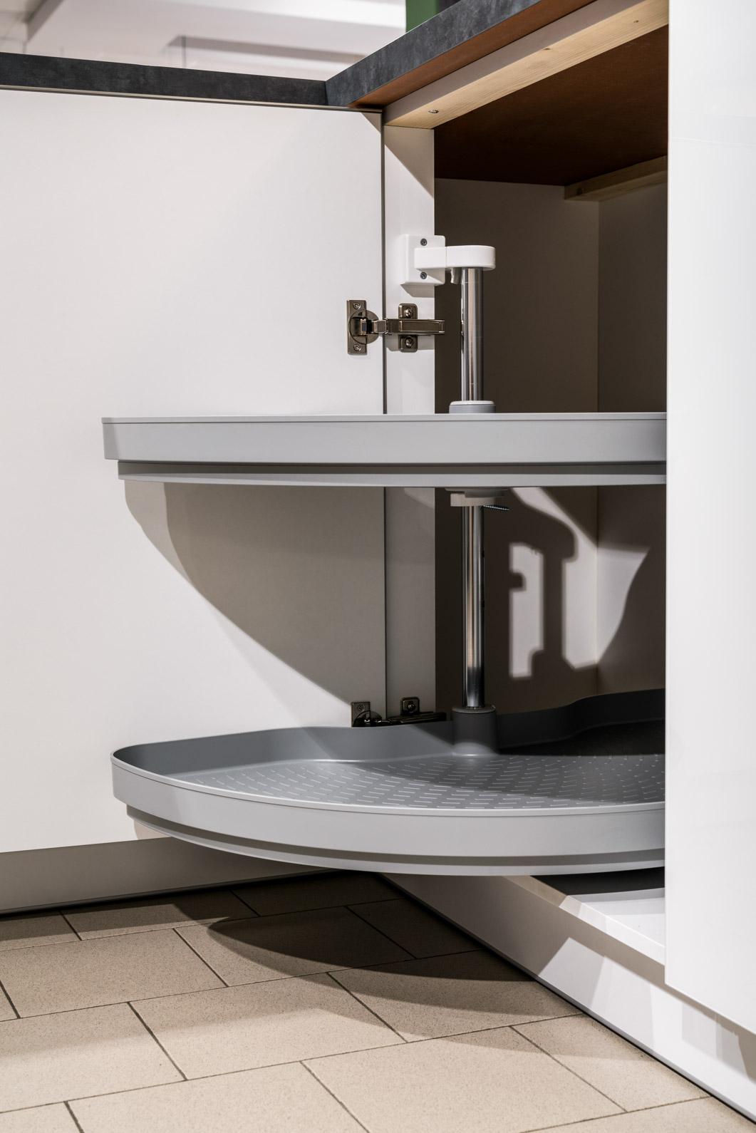 Weisser Küchenstudio Showroom Drehtür