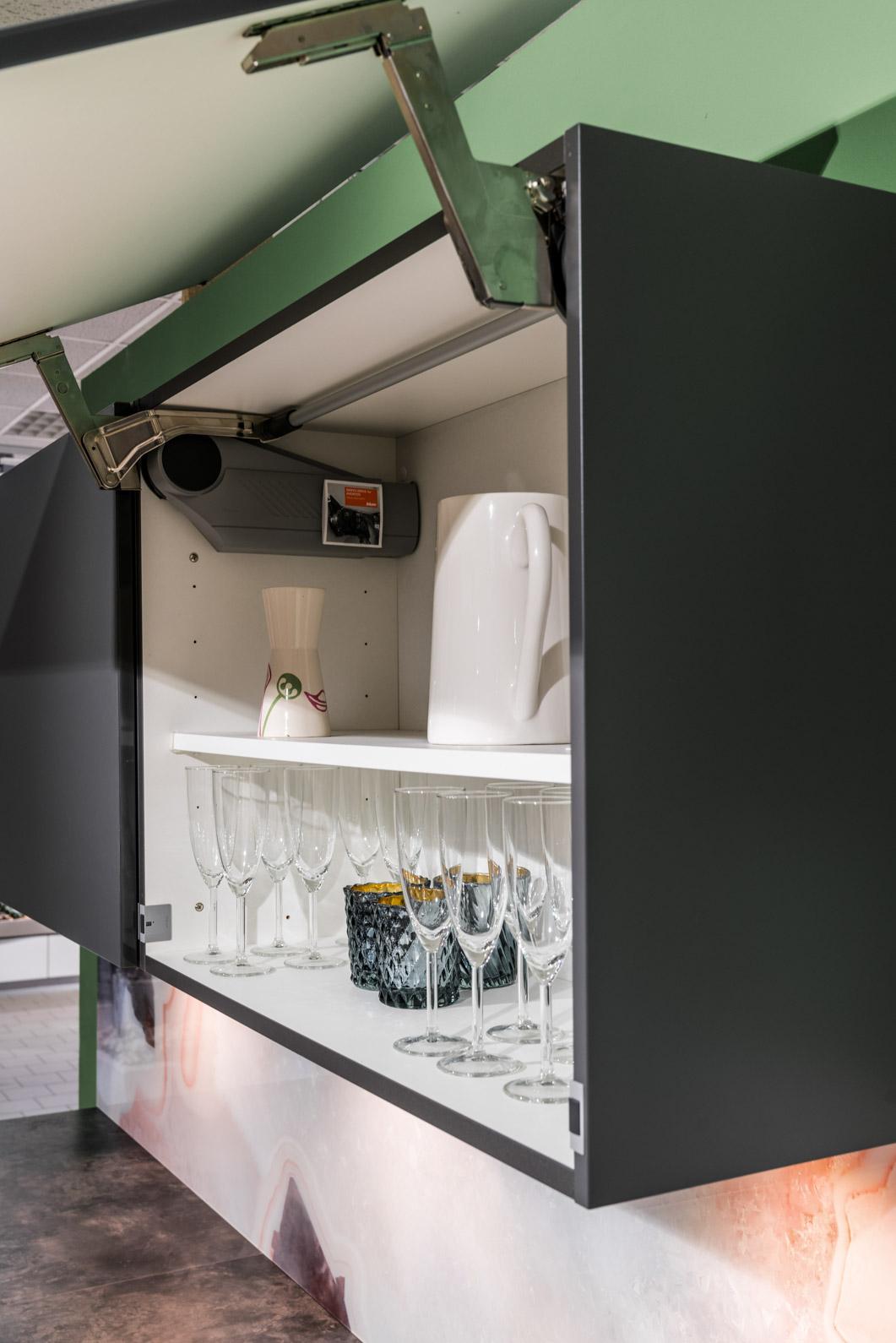 Weisser Küchenstudio Showroom Küchenschrank klappt nach oben auf