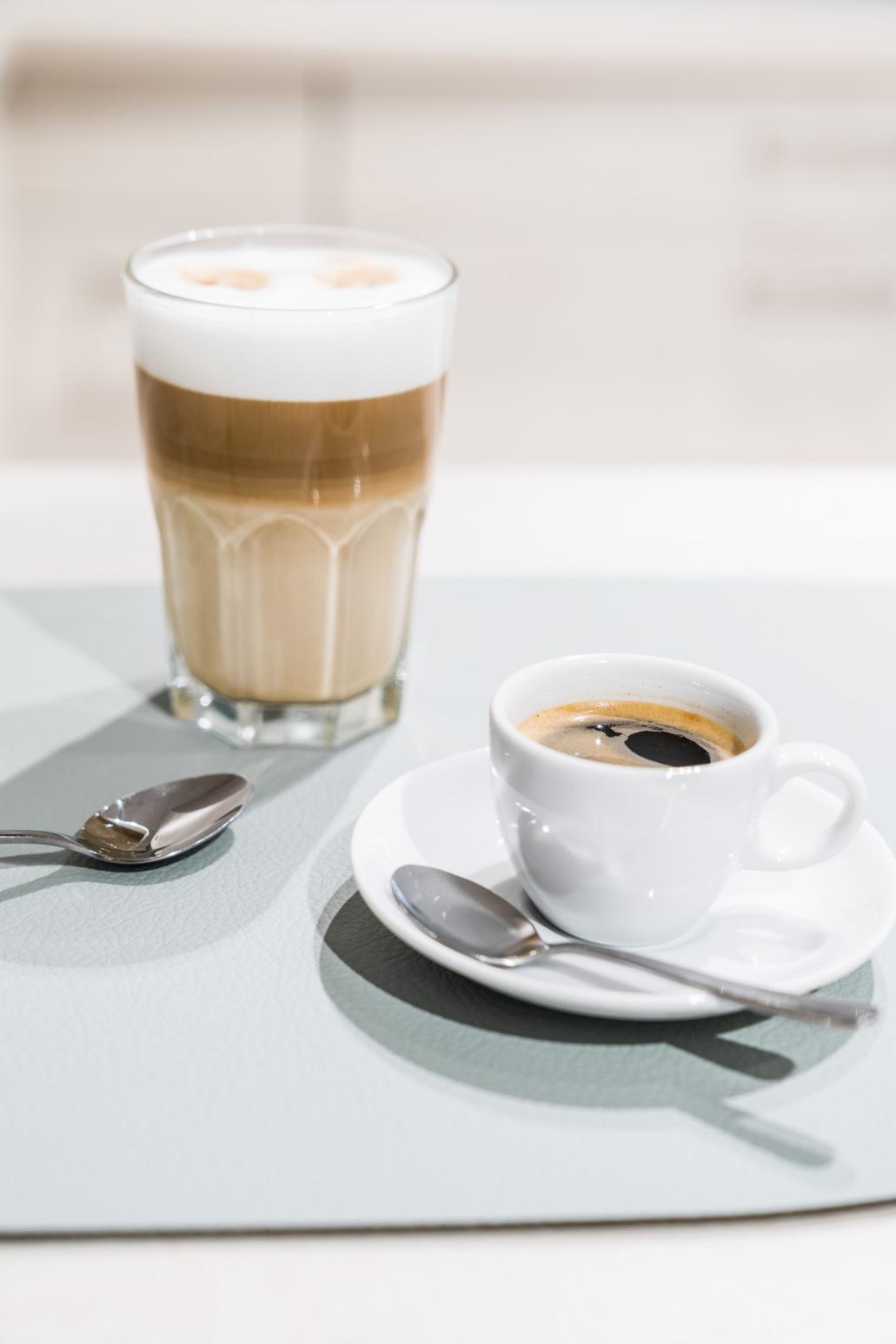 Weisser Küchenstudio Showroom Latte Macchiato & Espresso