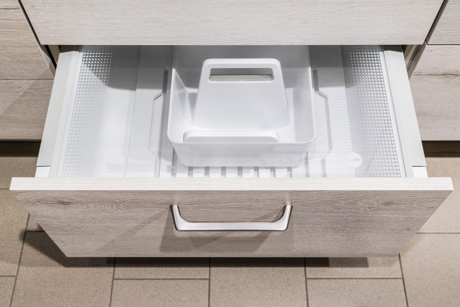 Weisser Küchenstudio Showroom geöffnete Schublade