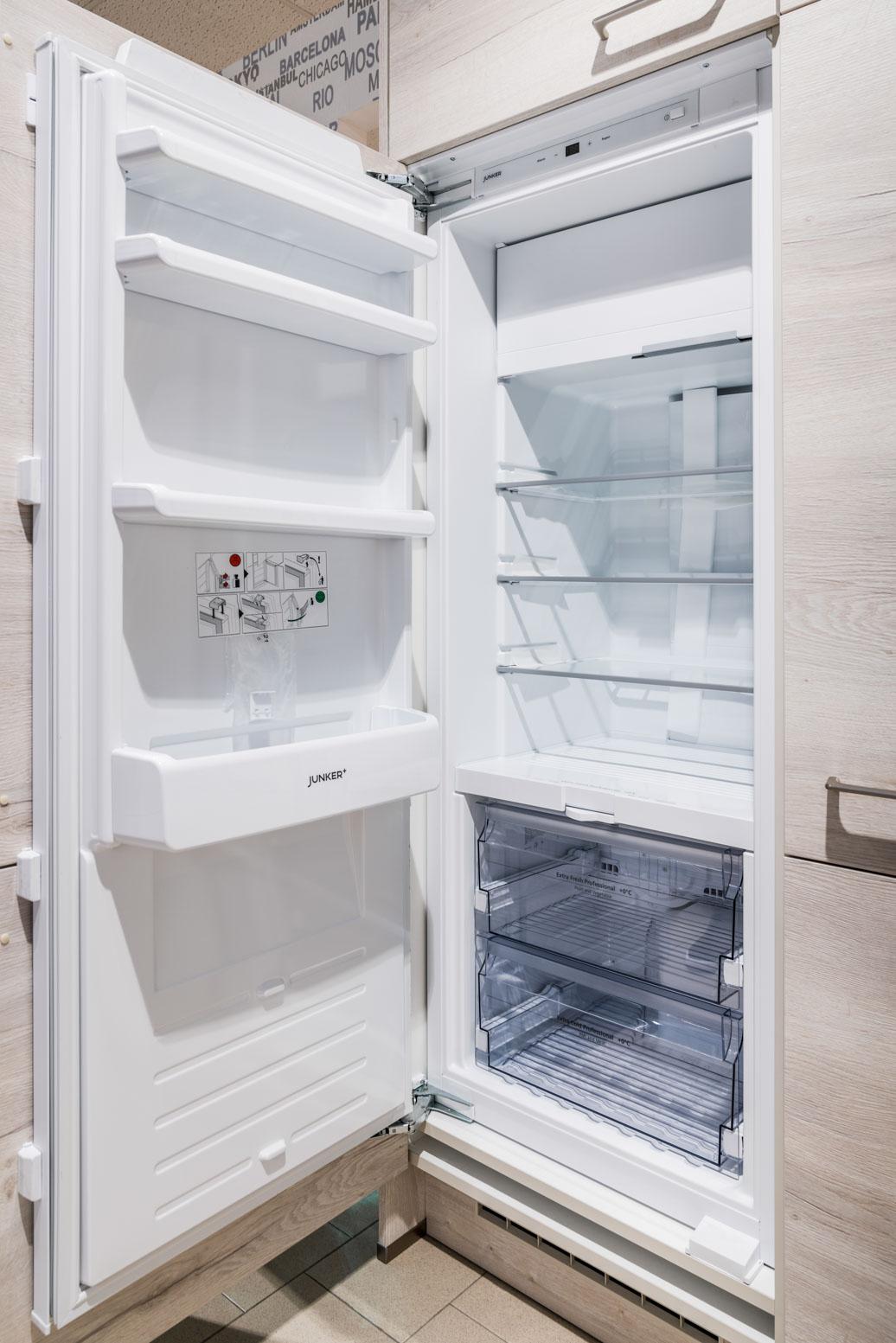 Weisser Küchenstudio Showroom geöffnteter Kühlschrank