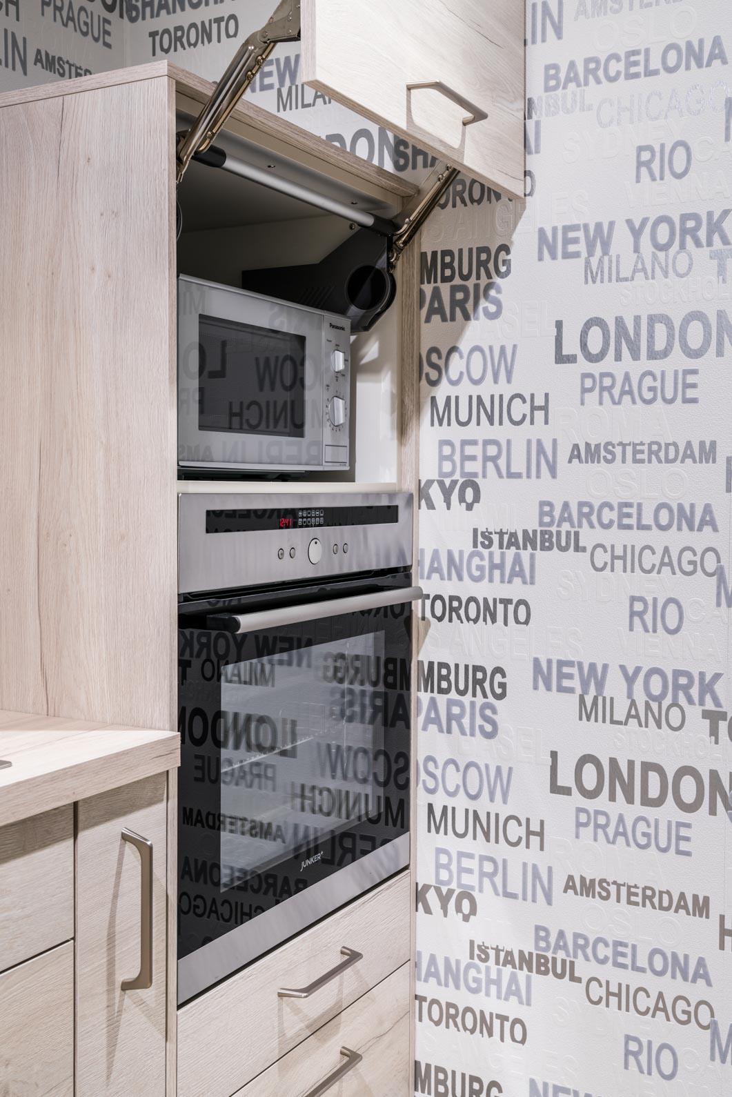 Weisser Küchenstudio Showroom Mikrowelle