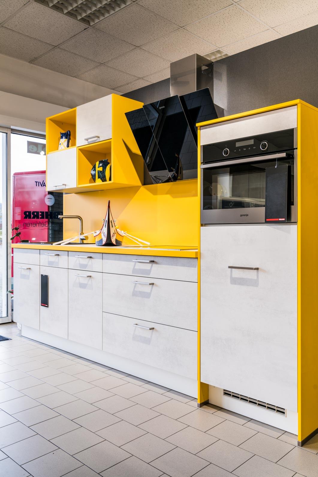 Weisser Küchenstudio Showroom Küche mit farblichem Akzent