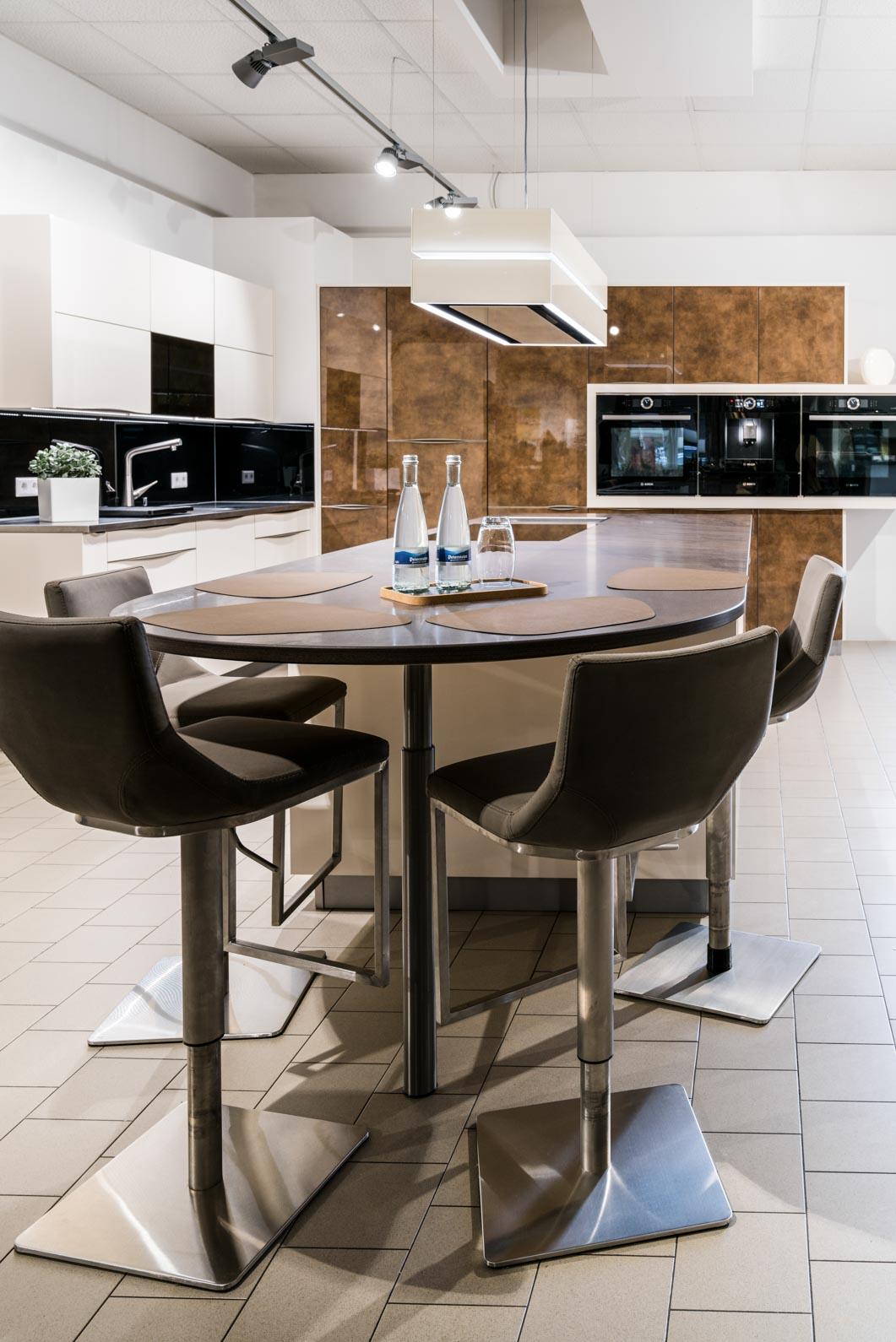 Weisser Küchenstudio Showroom Küchenzeile mit Arbeitsplatte und Esstisch