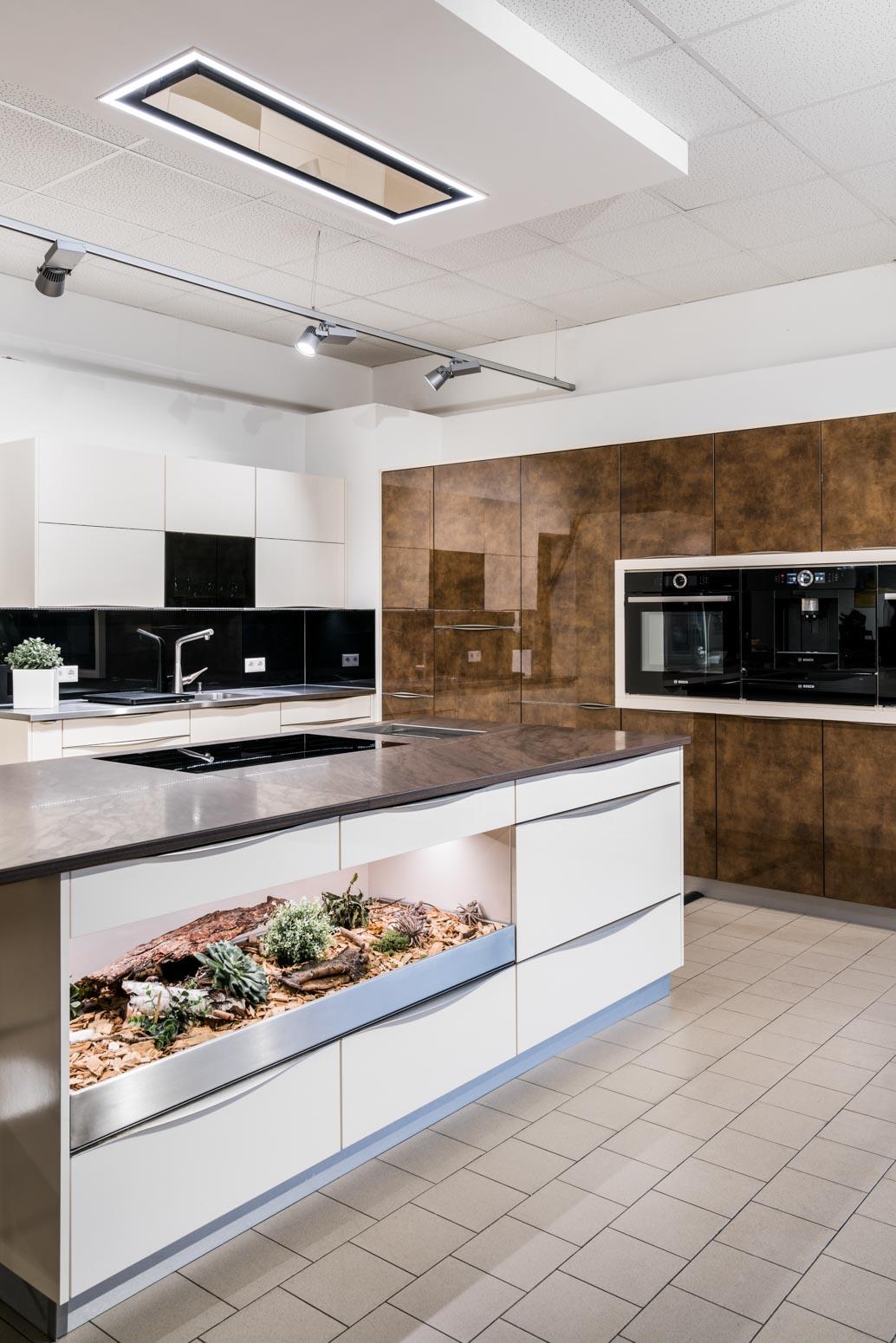 Weisser Küchenstudio Küchenzeile mit großer Arbeitsplatte